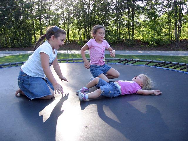 dívky na trampolíně