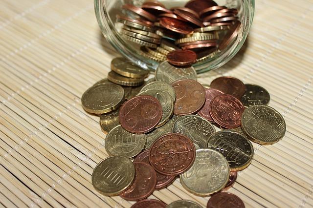 sklenice drobných euromincí