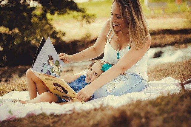 matka čte své dceři pohádku