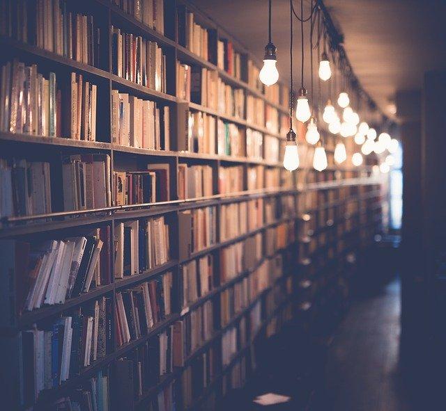 osvětlená knihovna