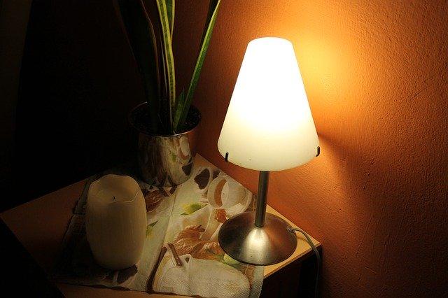 rozsvícená lampička s LED žárovkou