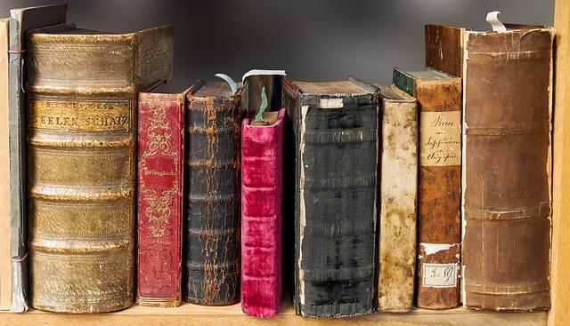 Staré knihy v polici