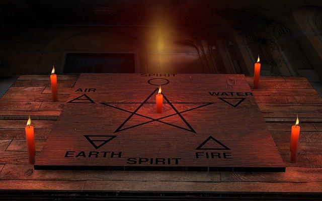 pentagram se svíčkami