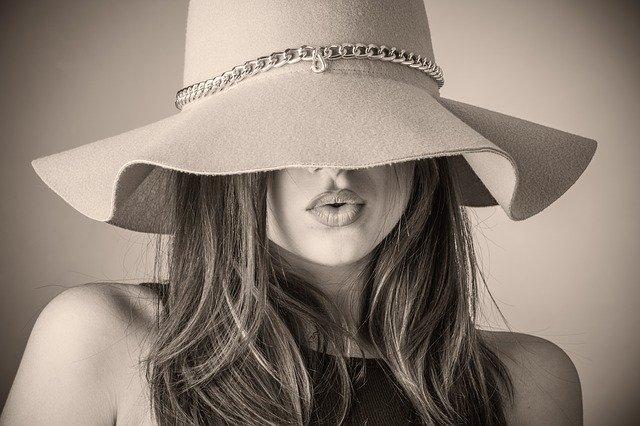 žena schovaná pod kloboukem