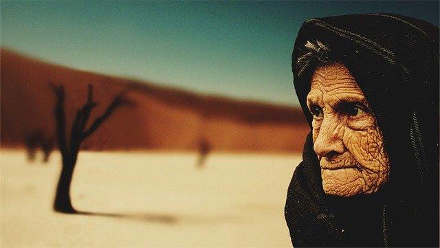 stará žena v poušti