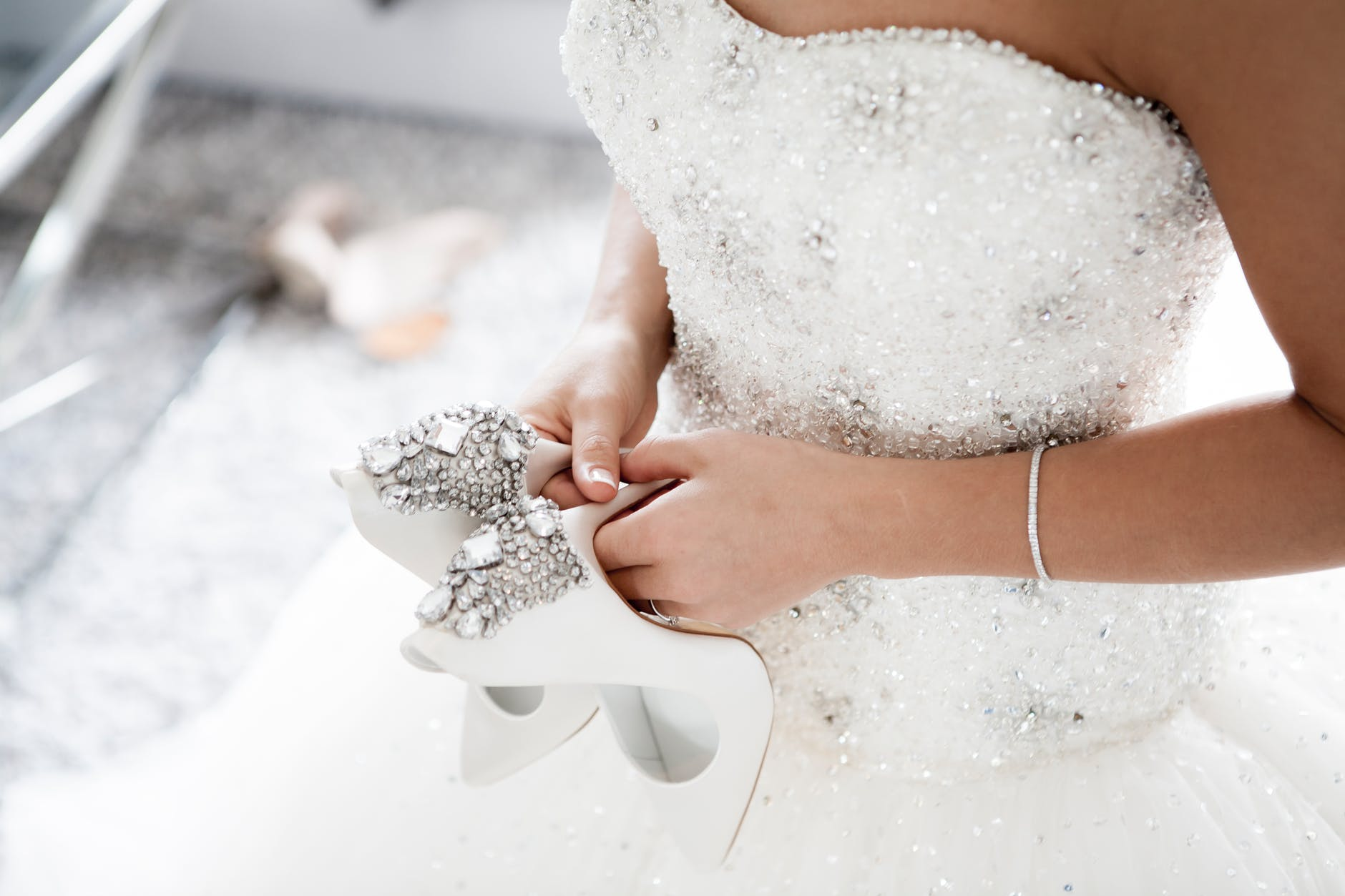 zdobené svatební šaty